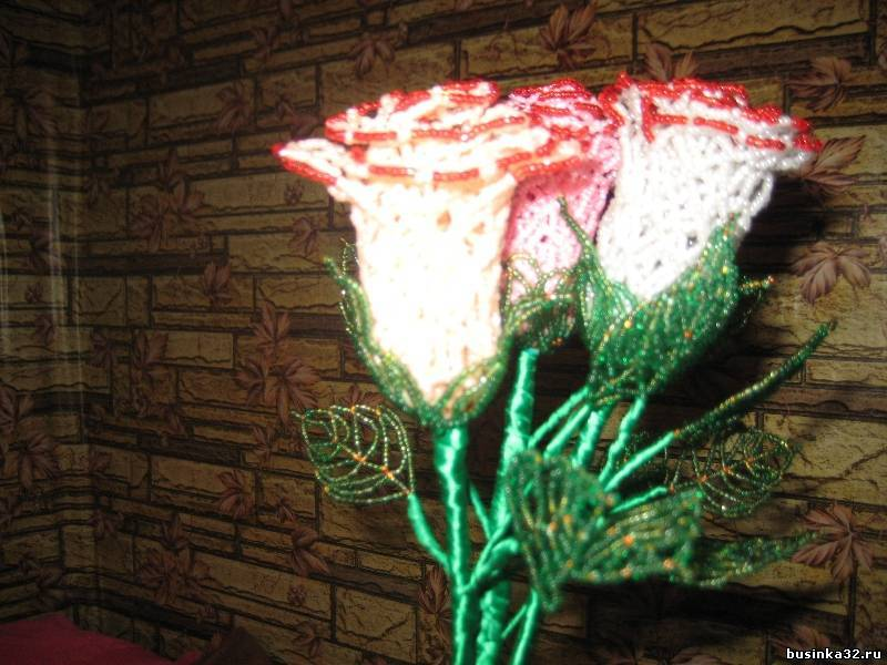 Ажурные розы из бисера.  Плетутся на одном дыхании.  Плела в подарок к новому году подруге, по совместительству...
