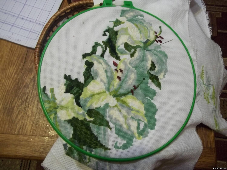 Лилии - в процессе вышивки,Женщина - Феникс - частичная вышивка,уже подарена. качество фото - извините,что есть.